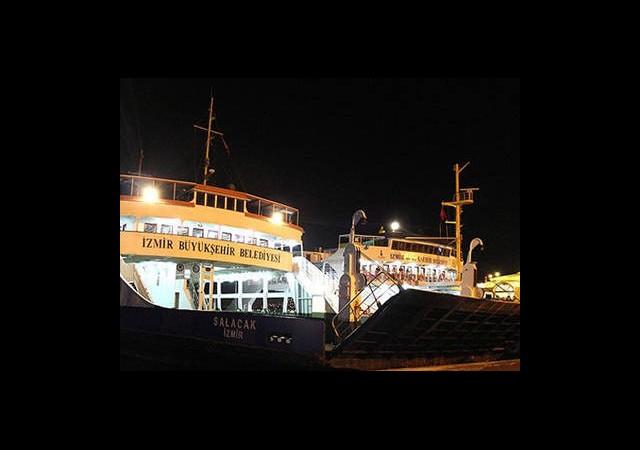 İzmir'de Feribot İskeleye Çarptı!