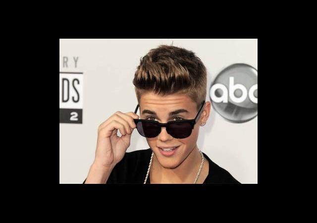 Justin Bieber'dan Gövde Gösterisi!
