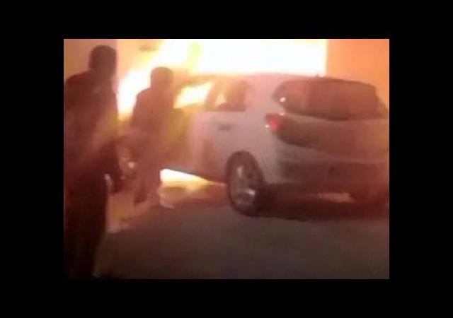 Kadın sürücü alev alev yanan otomobilinden evraklarını aldı