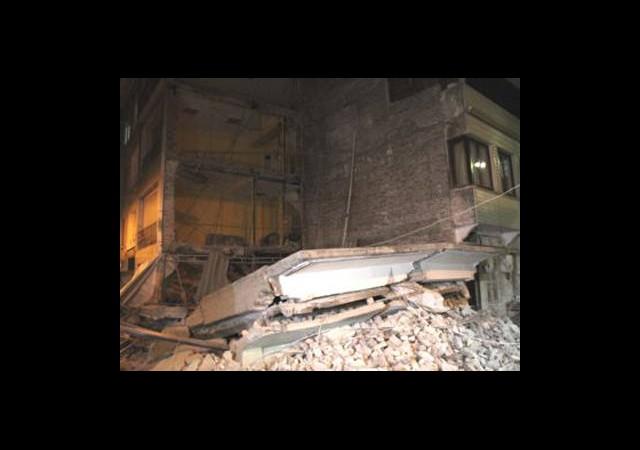 Kütahya'da Temeli Su Alan Bina Çöktü