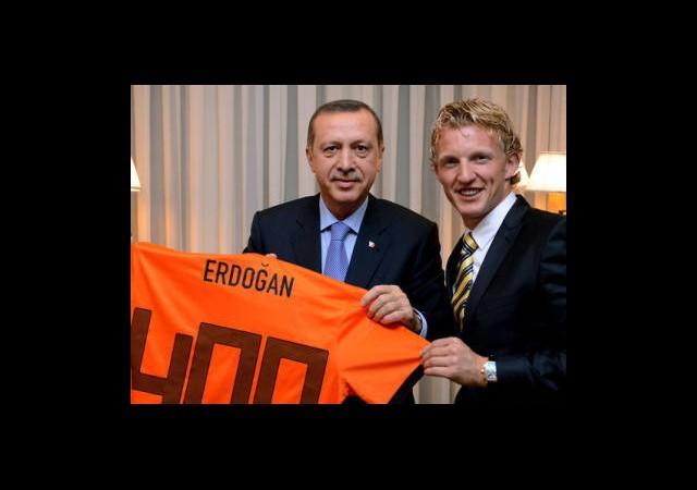 Dirk Kuyt'tan Başbakan Erdoğan'a Sürpriz Hediye