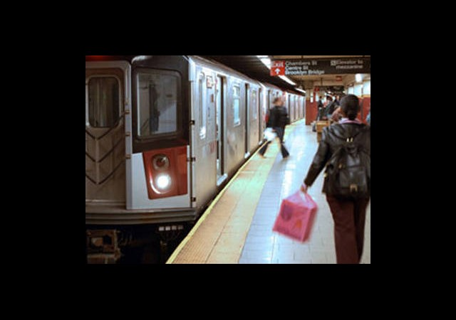 Metro Bekleyen Kişiyi Raylara İtti