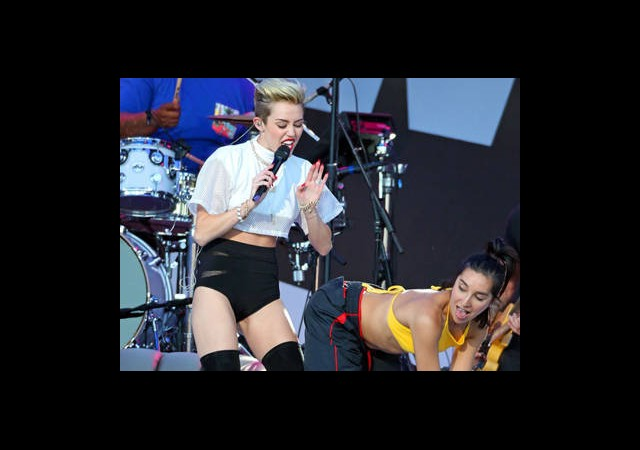Miley Cyrus Dansçısına Sahnede Naptı?