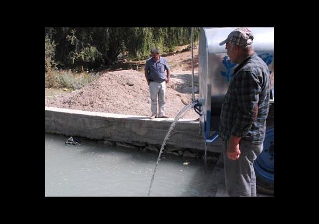 Balıklar ölmesin diye gölete su taşıyorlar!