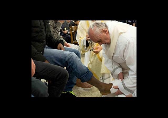 Papa Franciscus Ayak Yıkadı!