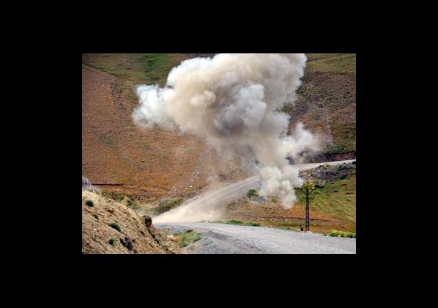 Hakkari'de Askeri Aracın Geçişi Sırasında Patlama!