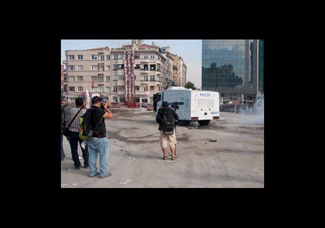 Polis El-Cezire Kameramanlarını Dövdü