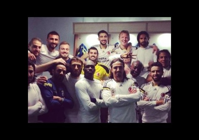 Fenerbahçeli Oyunculardan Galibiyet Pozu!