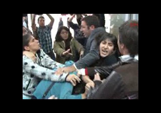 Protestocu Kadınlara Erkek Şiddeti