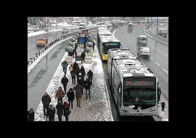 Rampa çıkamayan metrobüsler uzun kuyruk oluşturdu