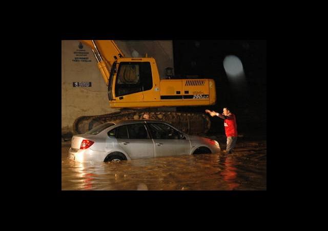 Yağmur İstanbul'da Hayatı Felç Etti
