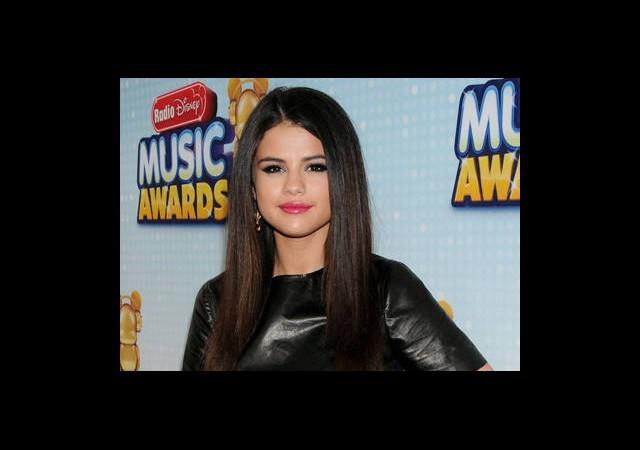 Kırmızı Halıda Selena