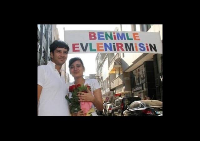 Sokak Ortasında Sürpriz Evlenme Teklifi!