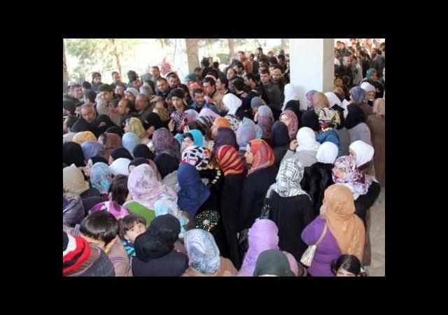Suriyelilere kıyafet yardımı izdihama dönüştü