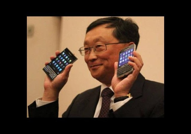 Sağ elindeki telefona dikkat!