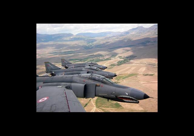 'Suriye Sınırına İki Türk Uçağı Havalandı'