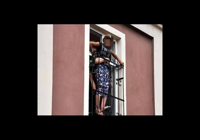 Kadın Sığınma Evi'nden Kaçarken Pencereye Sıkıştı