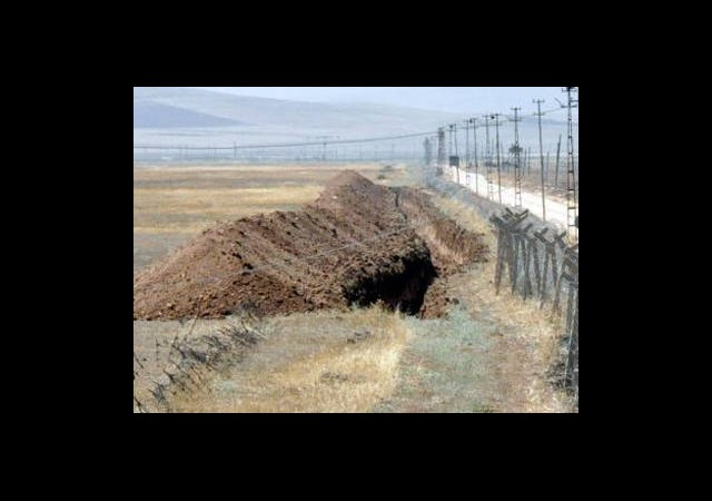 Sınıra Hendekler Kazılıyor