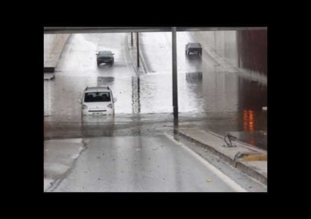 Sağanak Yağış İstanbul'u Esir Aldı