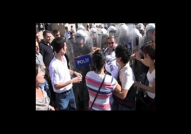 Adliye Önündeki Eyleme Polis Müdahalesi