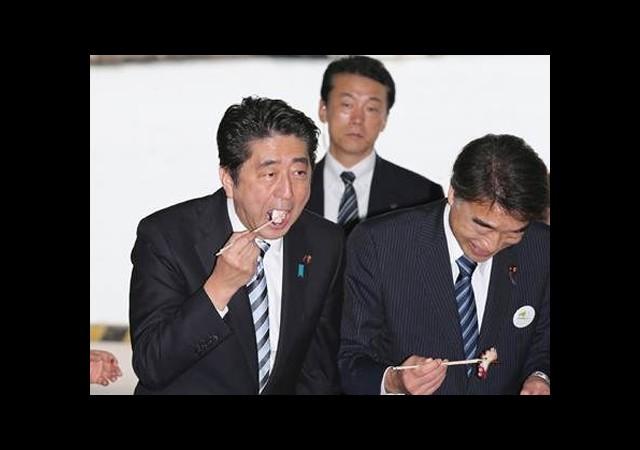 Japonya Başbakanı Fukuşima Balıklarından Yedi