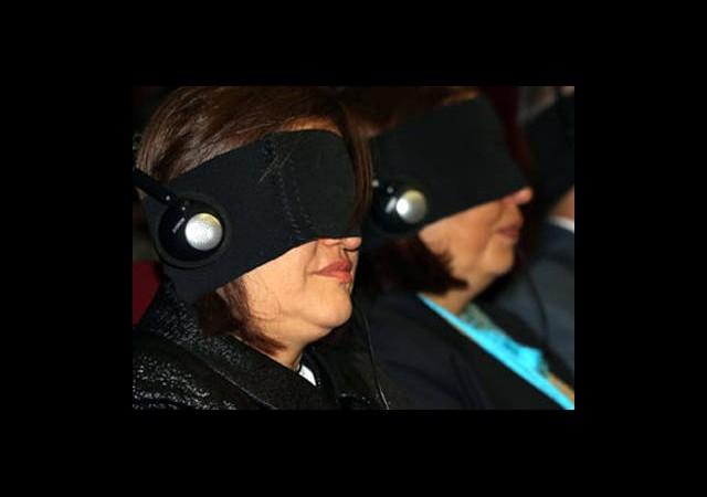 Gözlerini Bağlayıp Film İzlettiler