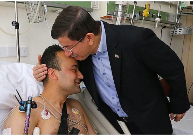 Başbakan Davutoğlu yaralı askerleri ziyaret etti