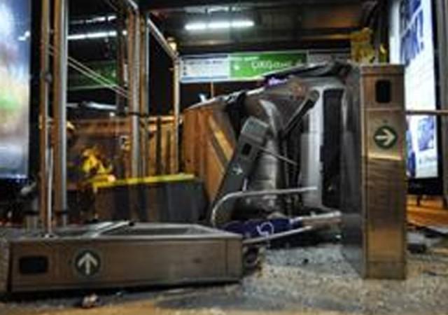 Araç, metrobüs durağına uçtu!