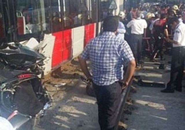 İstanbul'da feci kaza! Tramvay aracı biçti