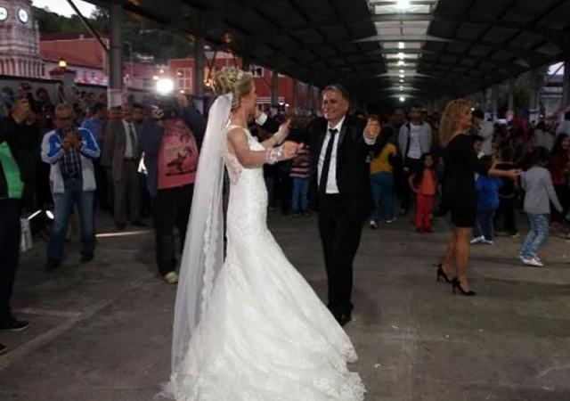 Belediye başkanı pazar yerinde evlendi