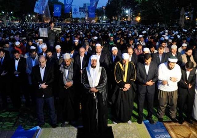 Ayasofya Meydanı'nda fetih namazı kıldılar