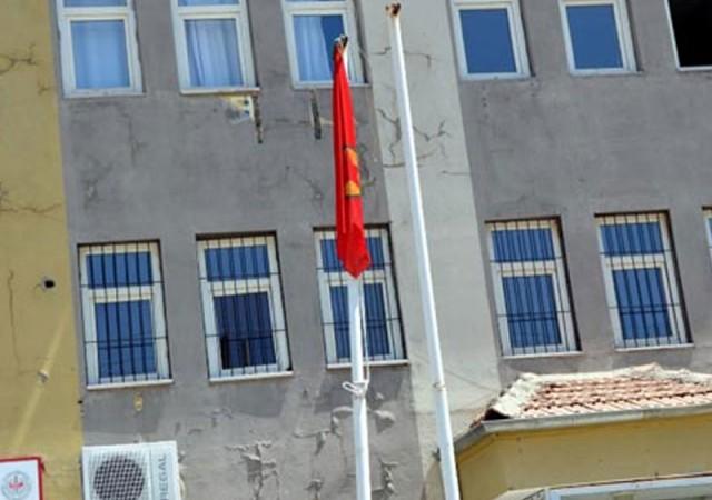 Türk bayrağını indirip PKK flaması astılar