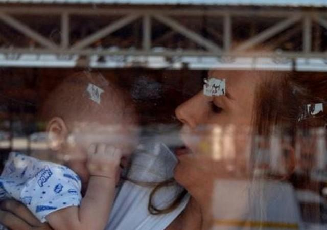 Bebeğiyle sağlık ocağında mahsur kaldı