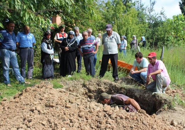 Annesinin mezarını bahçesinden kaldırttı