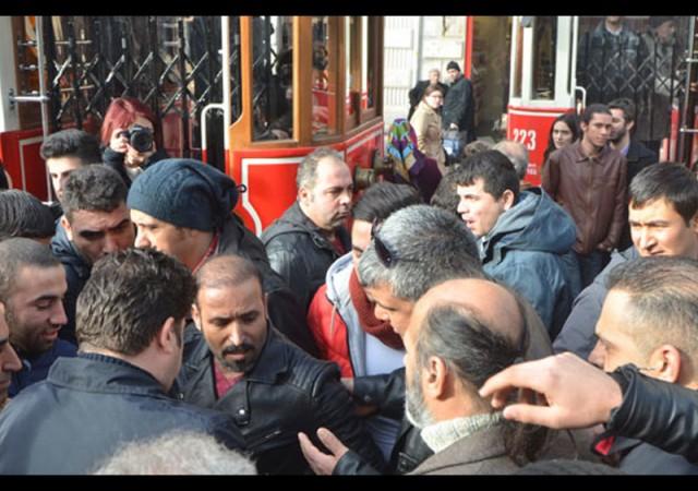 Taksim'de dolar dağıttı, izdihamı polis engellendi