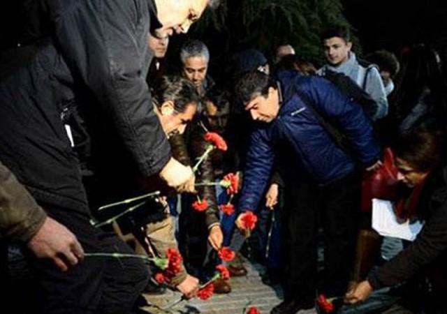 Saldırıda hayatını kaybedenler için bölgeye karanfiller bırakıldı