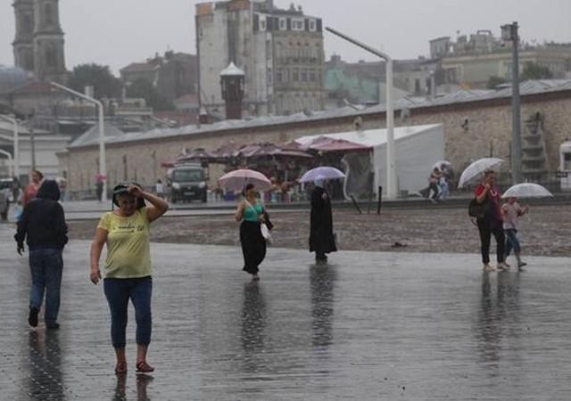 İstanbullular sağanak yağışta zor anlar yaşadı
