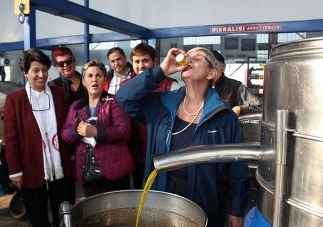 Canan Karatay zeytinyağı dolu bardağı kafasına dikti!