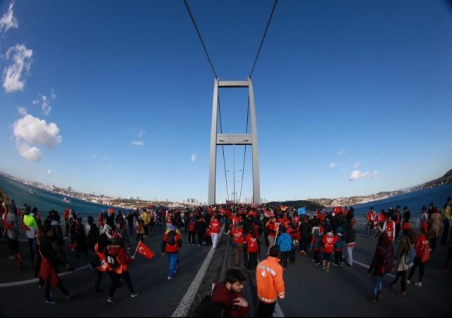 15 Temmuz Şehitler Köprüsü kırmızıya büründü