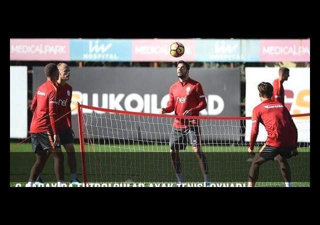 G.Saray'da futbolcular ayak tenisi oynadı
