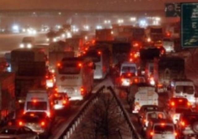 İstanbul'da kar trafiği kilitledi