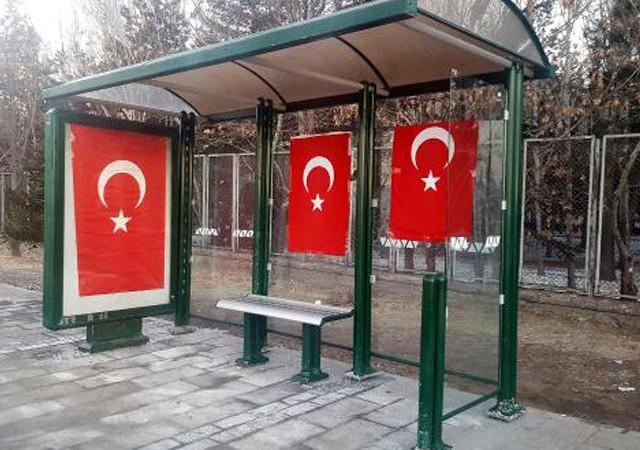 Kayseri'de terör saldırısının olduğu durağa Türk bayrakları asıldı