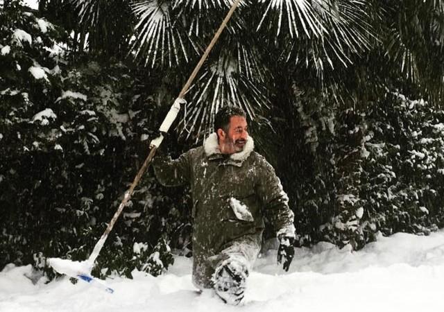 Cem Yılmaz'ın karla mücadelesi