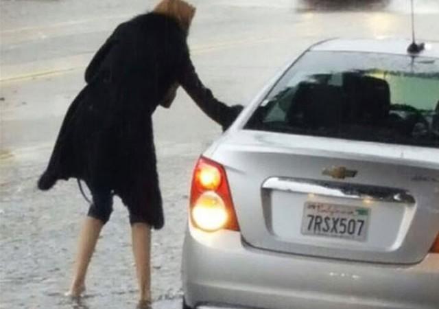 Wilma Elles'in yağmurda zor anları