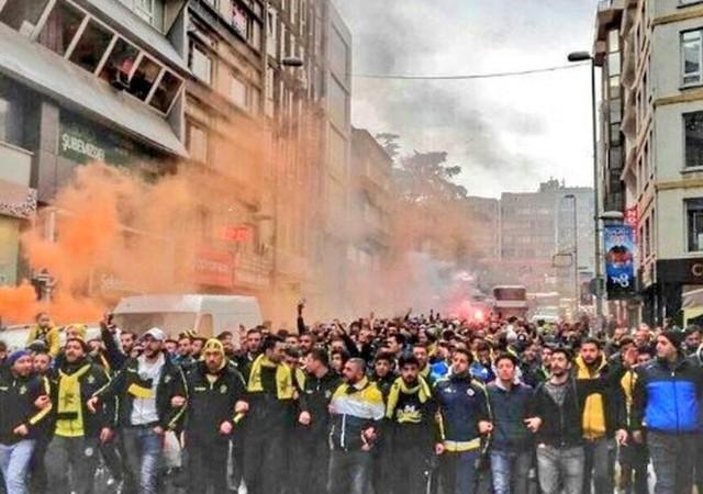 Fenerbahçe taraftarı Kadıköy'de yangın çıkardı!