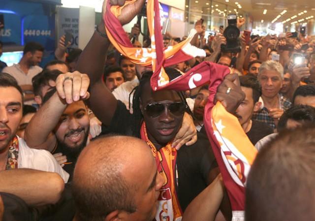 Havalimanında Gomis izdihamı! G.Saray'ın yeni yıldızı İstanbul'da...