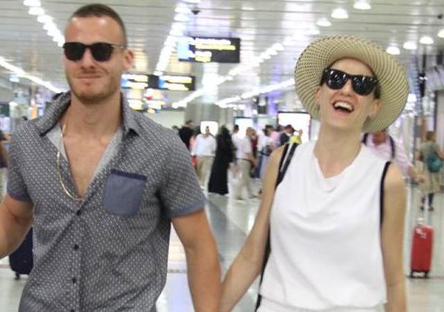 Serenay Sarıkaya ve Kerem Bürsin'in tatilden döndü