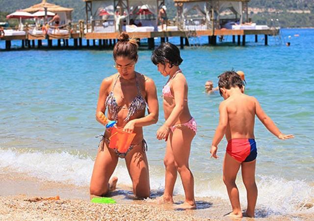 Irmak Ünal kızı ve oğluyla Bodrum'da tatilde!