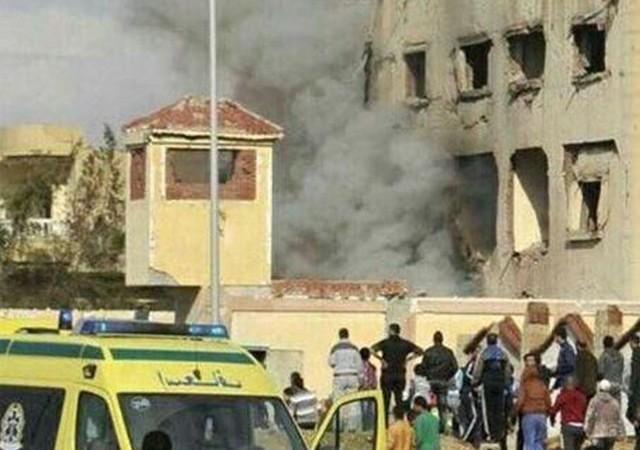Mısır'da camiye bombalı saldırı!