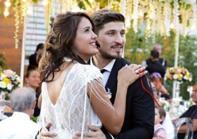 Sahra Işık, 3 yıllık sevgilisi İdris Aybirdi ile nişanlandı!
